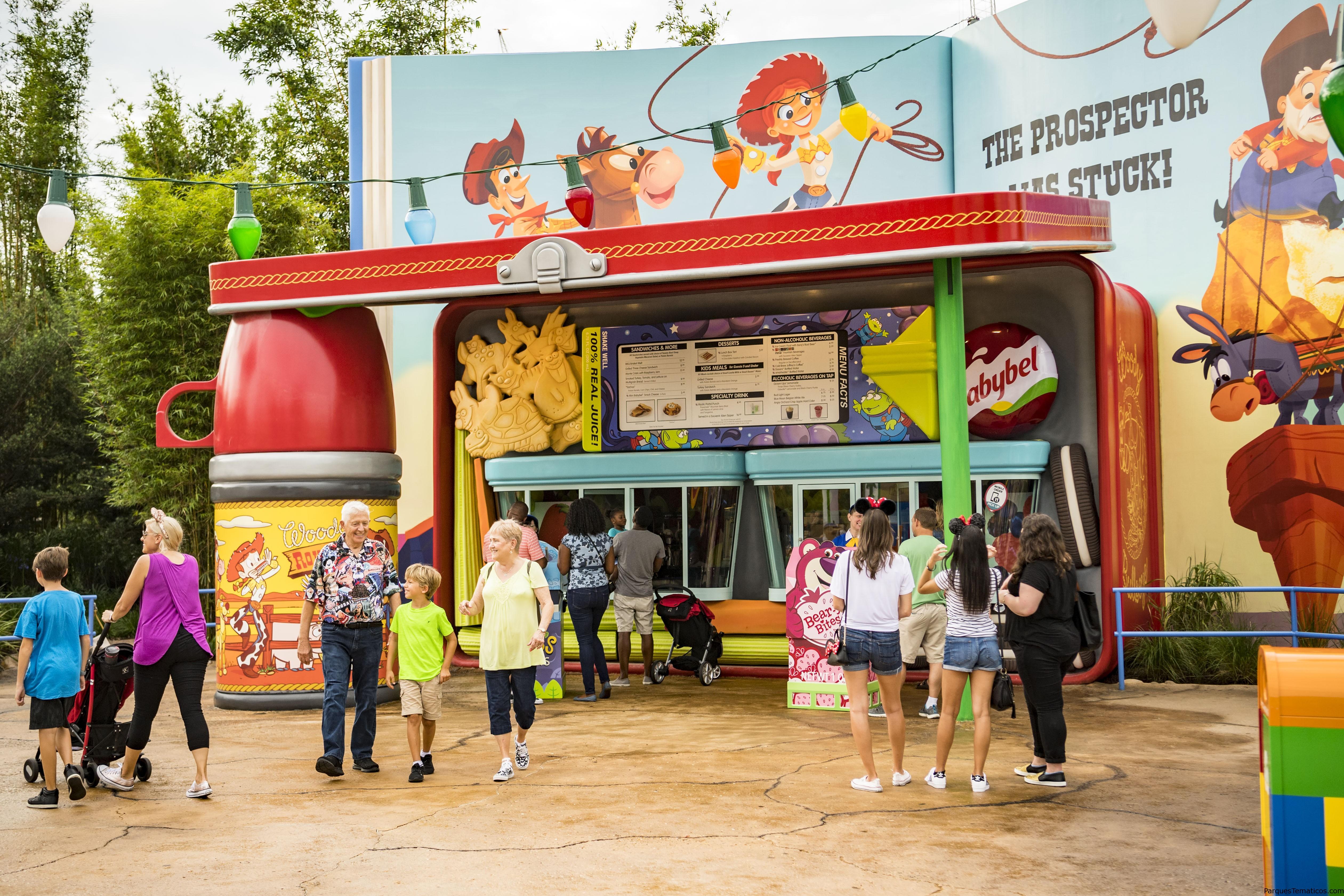 Woody's Lunch Box da un Giro Moderno a Platos Clásicos en Toy Story Land